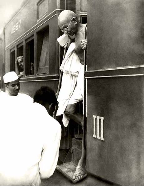 462px-Mahatma_Gandhi_at_railway_station