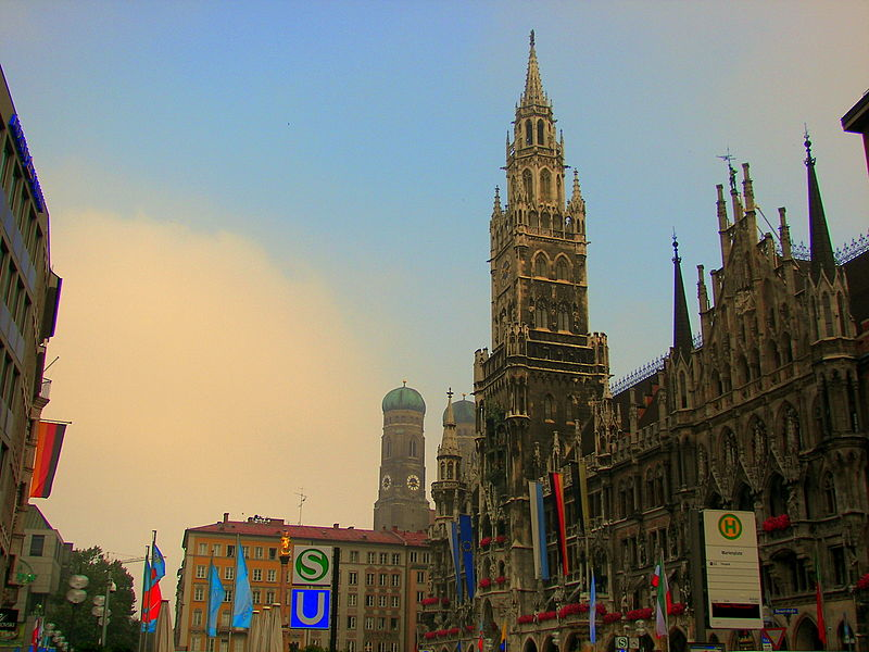 800px-View_of_Rathaus_and_Frauenkirche_from_Marienplatz_Munich