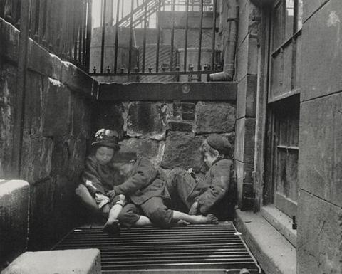 Sleeping_homeless_children_-_Jacob_Riis