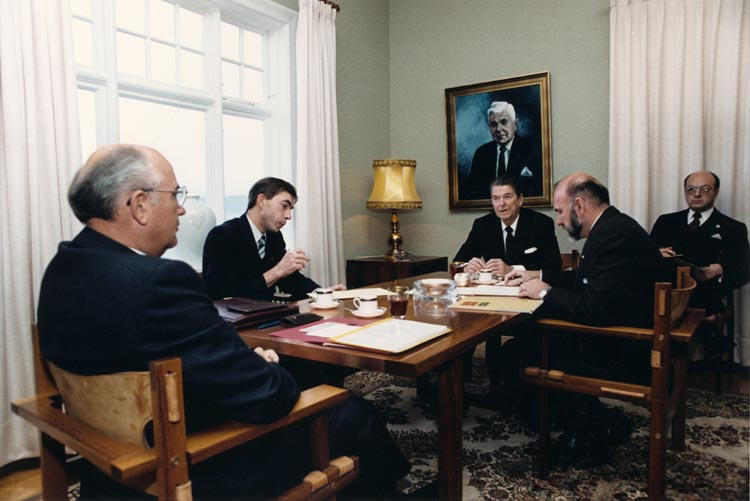 Gorbachev_and_Reagan_1986-3
