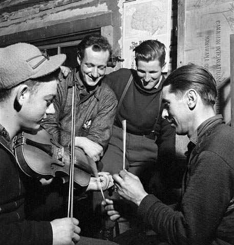 lumbermen_violin_and_sticks_1943