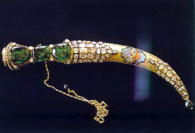 Topkapi emerald dagger, held in the Museum Palace Nadir Shah.