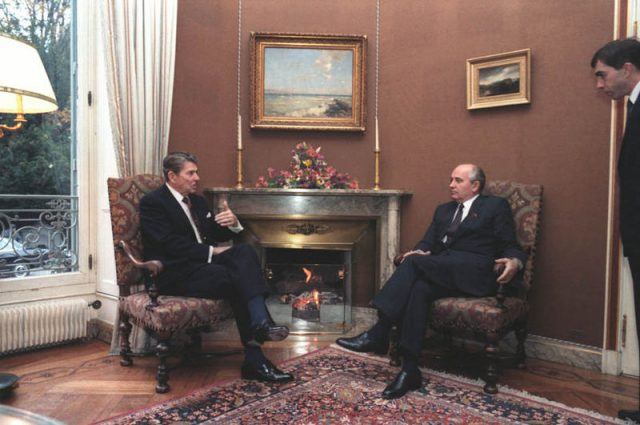 800px-Gorbachev_and_Reagan_1985-4