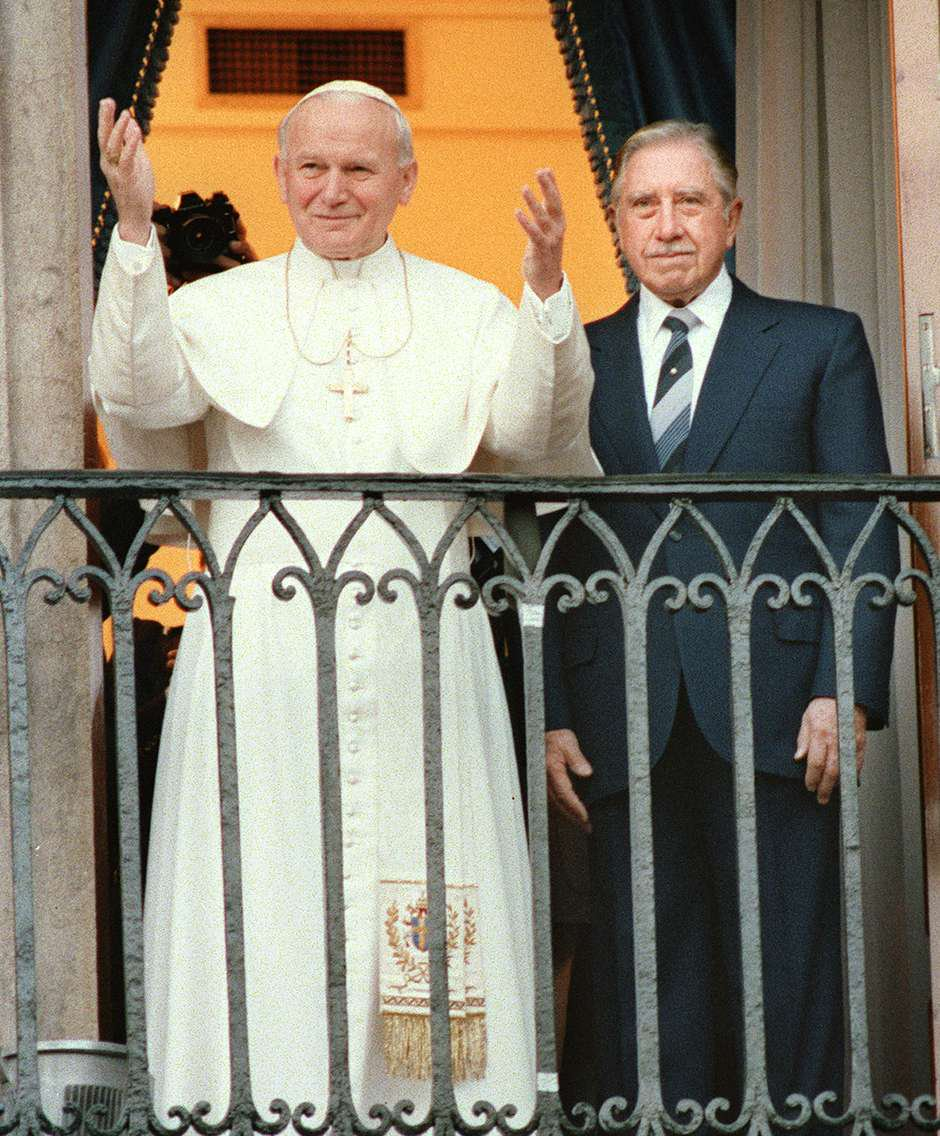 John Paul II and Pinochet on the balcony of La Moneda, Chile's presidential building