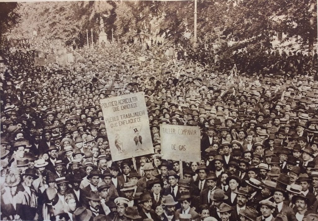 A 1918 hunger march in downtown Santiago de Chile, organized by the Asamblea Obrera de Alimentación Nacional (Workers' Assembly for National Nutrition)