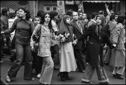 https://notevenpast.org/wp-content/uploads/imagecache/lg_/Iranian_Revolution_1979_marching_young_people.jpg